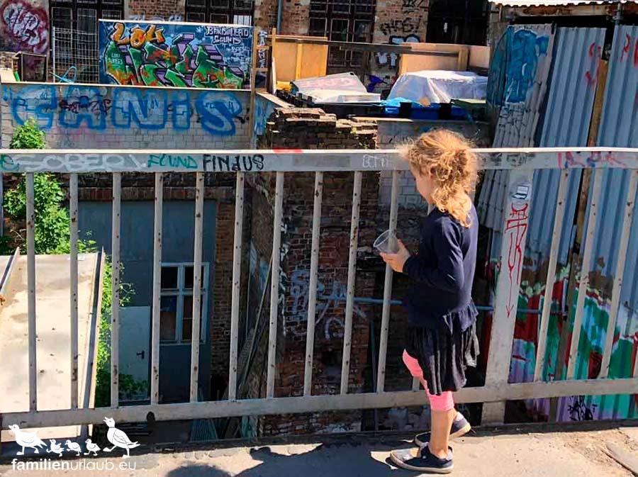 Kind Häuserfassaden