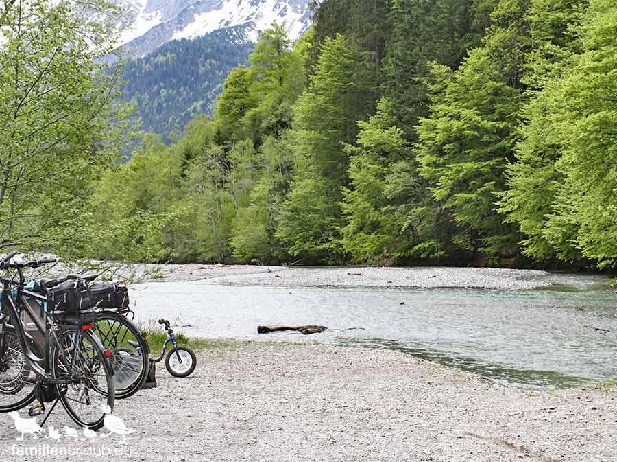 Fahrräder am Fluss