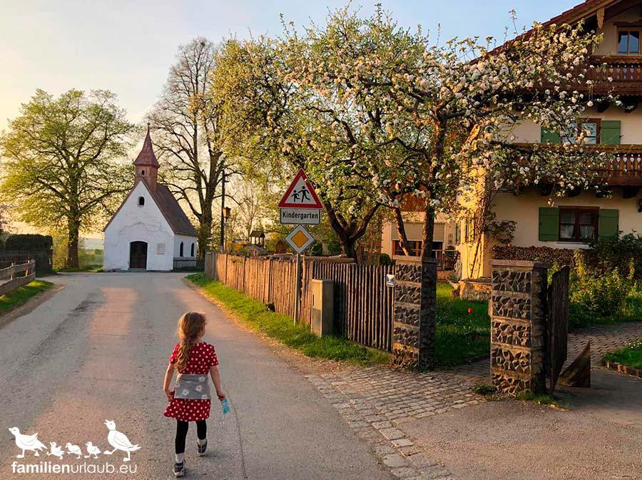 Kind Bayern Sonnenuntergang
